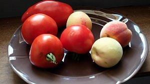 tomates et pêches de vigne